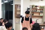 8月11日,网上曝光了一组张艺兴录制《忘不了餐厅2》的路透照。画面中,张艺兴身穿粉色围裙工服,内搭黑色T恤,顺毛发型,显得十分乖巧可爱。期待店长黄渤和张艺兴在这家温暖的餐厅开启一次治愈之旅。