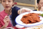 8月11日,久违的鹿晗吃播上线,烤肉三兄弟变身火锅三兄弟,一口销魂吃到断片,眼吧儿吧儿望着锅里麻辣牛肉的鹿哥可爱到爆,鹿式蘸料也首次公开。