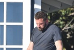 """当地时间8月10日,美国马里布,""""大本""""本·阿弗莱克在片场探望拍摄中的女友安娜·德·阿玛斯。"""