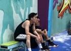 李易峰橫店打籃球被偶遇 花輪頭發型身型明顯消瘦