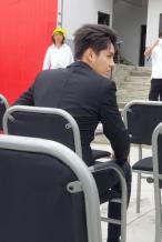 吴亦凡出席活动曝生图 穿黑西装气质优越颜值在线