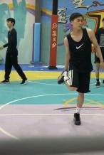 李易峰横店打篮球被偶遇 花轮头发型身型明显消瘦