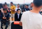 8月12日,一组吴亦凡参加活动的生图释出。照片中,吴亦凡梳着黑灰色背头,身穿黑色西装搭银白色领带,气质优越颜值在线,身材高大的他坐在人群中间格外显眼,生图也是尽显无死角的帅气。