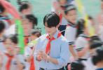 8月12日,易烊千玺最新活动路透曝光。当天,易烊千玺身穿蓝色衬衣佩戴红领巾,走进校园,和系着红领巾的少先队员一起表演,仿佛回到青葱岁月。