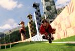 """为庆祝""""哈利·波特""""系列图书引进中国20周年,根据J.K.罗琳畅销小说""""哈利·波特""""系列第一部改编的电影《哈利·波特与魔法石》,推出全新4K修复3D版,即将于8月14日在中国内地正式上映。"""