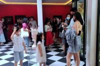 网友偶遇杜江一家看画展 霍思燕穿吊带清凉秀身材