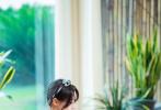 8月13日,《奇妙小森林》发布一组全新剧照。郑爽身着浅蓝色领带牛仔连体装,时尚干练;头上绑着清新珍珠丝带,简洁却不失气质。爽妹子面带笑意,整体上透露着夏日清新甜美的少女气息。