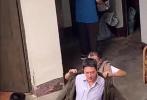 8月12日,有网友曝光了一则冯绍峰拍摄新剧的路透。画面中冯绍峰大变样,夹克、衬衫,老干部风十足,花白的头发看起来像老了十岁。最显眼的还是圆滚滚的肚腩,乍一看险些认不出是他。