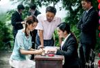 日前,由章家瑞編劇并執導的懸疑愛情片《白色婚禮》首度釋出一組劇照,主演柳巖、何晟銘、盧杉等以片中造型亮相。