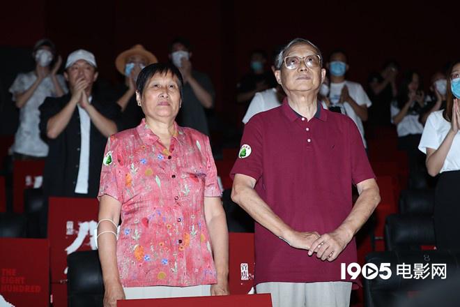 谢晋元将军次子谢继民(右)与家人来到首映现场_副本.jpg