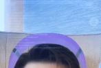 """8月17日,李易峰分享一则自拍视频,大玩自拍特效根本停不下来。视频中,李易峰显示古风女装出镜,妆容娇俏艳丽;然后又换装成张飞、《东成西就》中梁朝伟经典""""香肠嘴""""、头盔侠、橙子脸的样子,很是搞笑滑稽。"""