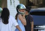 """當地時間8月15日,美國洛杉磯,""""大本""""本·阿弗萊克和女友安娜·德·阿瑪斯現身家門口。"""