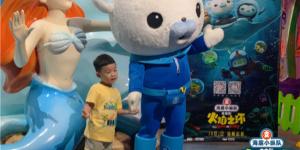 電影《海底小縱隊》空降成都 巴克隊長偶遇熊貓