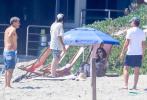 當地時間8月18日,美國馬里布,萊昂納多·迪卡普里奧和女友卡米拉·莫羅尼及家人前往海灘度假。許久未露面的小李子似乎又把自己養胖了不少,赤裸上身秀出他的肥肚腩,搖搖欲墜的褲子險些走光。