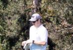 """當地時間8月18日,美國洛杉磯,上周喜得愛女的""""星爵""""克里斯·帕拉特現身高爾夫球場。他身穿藍白漸變色POLO衫搭黑色長褲,戴著棒球帽和墨鏡,揮桿姿勢瀟灑帥氣,十分專業。"""