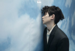 8月20日,王源登封《時尚先生·fine》拍攝的全新大片發布。他身著學院風穿搭展現干凈少年氣,變換的造型與場景,藍天與草叢交錯,清澈的少年與自然匯合,棱角分明的臉龐,眼神生動又富有故事感。