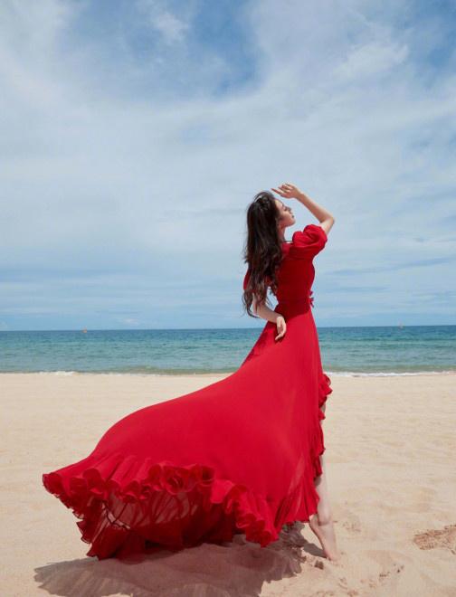 卡利集团开户:吉普赛女郎!刘诗诗海边红裙大片 踮脚似起舞 第4张
