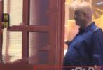 8月20日,有媒体拍到徐峥带好友现身陈赫火锅店聚餐后离的画面。照片中,穿着宽松蓝色衬衫的徐峥鼓鼓的肚子十分抢眼,颇有怀胎八月孕妇的架势,引发网友热议。