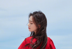 8月21日,刘诗诗工作室发布了一组最新活动美图。照片中,刘诗诗迎着阳光,光脚漫步在沙滩上,身穿拖地红裙,鲜艳而夺目,明媚又优雅。踮起的脚尖,翻飞的裙摆,仿佛要起舞的吉普赛女郎,画面绝美迷人!  