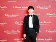 邓伦入驻上海杜莎夫人蜡像馆 黑西装量身造型精致