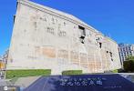 管虎执导、取材自四行仓库保卫战的电影《八佰》正在热映中,票房已突破9亿大关。随着影片热度飙升,位于上海苏州河畔的四行仓库抗战遗址纪念馆也成为市民、游客致敬爱国英雄的热门打卡地。