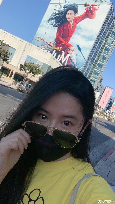 皇冠新现金网:刘亦菲33岁生日晒美照 与《花木兰》海报花式合影