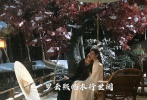 """8月25日,網曝一組《皓衣行》的最新路透。畫面中,羅云熙和陳飛宇一黑一白兩道身影坐在藤椅上,地上有落雪,陳飛宇頭輕輕地靠在""""師傅""""羅云熙的肩頭,羅云熙輕撫著陳飛宇的頭發,兩人還牽了手。"""