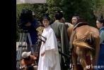 8月26日,《雪中悍刀行》曝光一組全新路透。張若昀綠色長袍溫潤儒雅,張天愛男裝佩劍英俊威武,李庚希也是一身男裝清秀可愛。而此前,張若昀也曾被曝光身穿白色長袍的帥照。