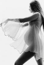 超模吉吉·哈迪德孕肚写真 穿轻纱裙散发母性光辉