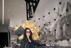 8月27日,徐艺洋出席时尚活动以一身all black造型、挑染发色亮相。黑色西装外套内搭露腰T,大修腹部紧实线条,工装裤搭铆钉皮靴,飒爽有范儿,徐憨憨秒变霸道女总裁,气场超A!