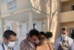 七夕情人節當天(8月25日)恰逢鞏俐老公讓·米歇爾·雅爾的72歲生日,他們在法國的豪宅舉行生日派對慶祝。當天,鞏俐穿著前一天出街同款粉色碎花吊帶長裙,健康的小麥膚色,還有頸間搭配的別致項鏈,度假風十足,素顏出鏡的鞏俐皮膚狀態令人羨慕。老公讓·米歇爾·雅爾也默契的選擇了碎花襯衫,搭配白T恤和長褲,儒雅休閑。派對當天艷陽高照,二人都佩戴著炫酷的墨鏡,同框畫面很是登對。