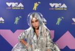 """8月30日,Lady Gaga现身2020 VMA颁奖典礼,GaGa荣获了年度艺人大奖,并与""""A妹""""爱丽安娜·格兰德首次演绎合作新单《Rain on Me》,两人面具造型酷炫十足,在舞台热辣献唱。"""