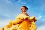 """9月1日,""""黎超模""""蕾哈娜为《Harper's Bazaar》拍摄的全新写真释出。大片中,无论是成衣时装、居家休闲还是霸气礼服,蕾哈娜都成功驾驭,造型多变身材曲线丰满撩人,红唇冷艳气场全开。"""