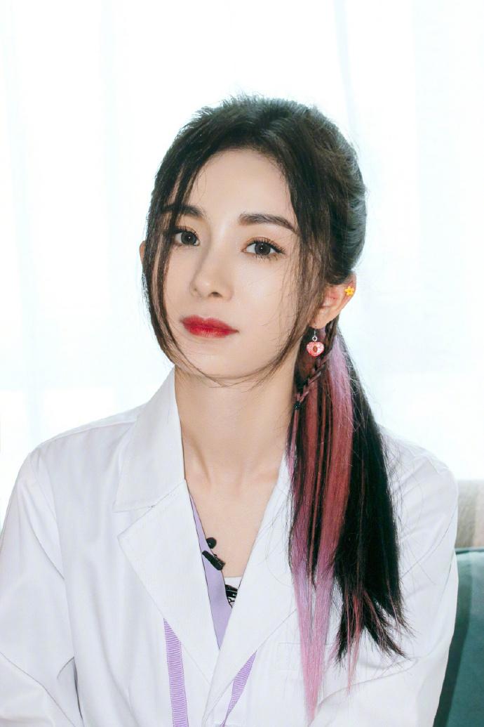 皇冠官网平台:杨幂医生造型曝光 穿白大褂扎粉色挑染高马尾减龄
