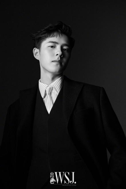 刘昊然化身轻熟型男拍大片 梳油头造型褪去青涩感