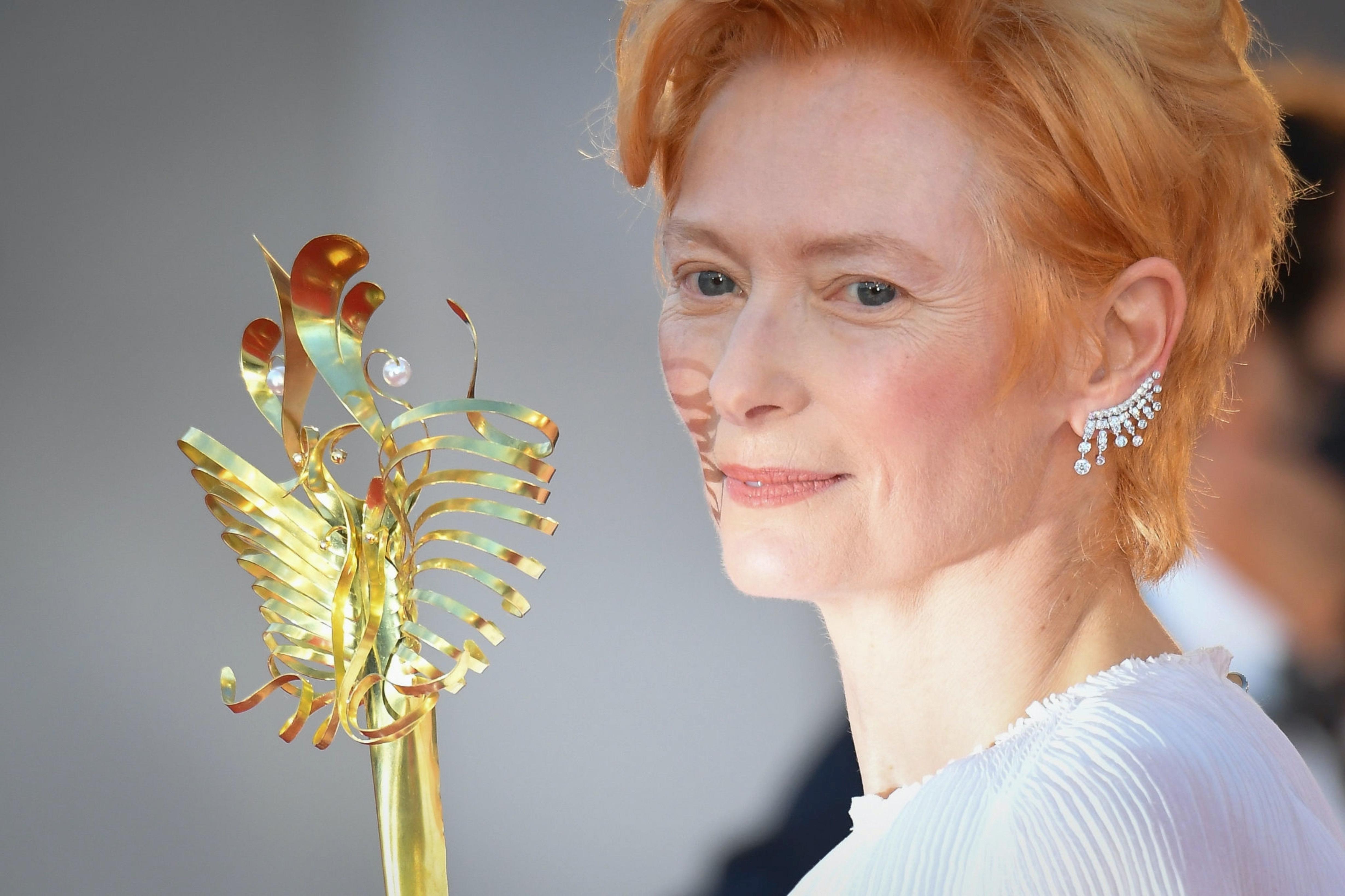 皇冠注册:假面天使!蒂尔达·斯文顿戴
