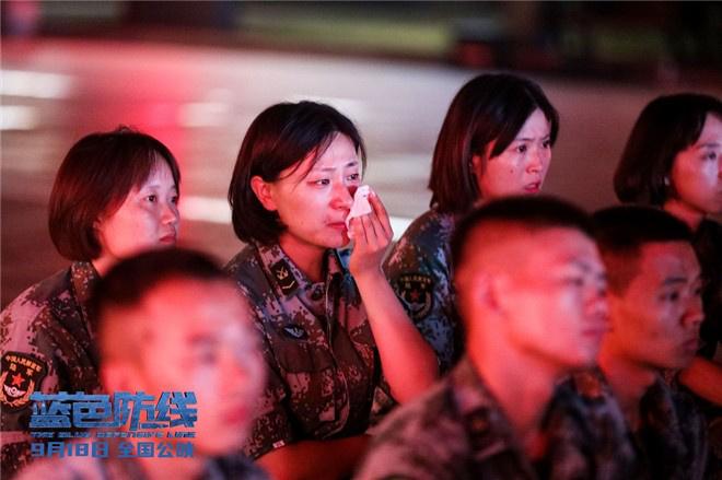 皇冠新现金网:《蓝色防线》曝口碑特辑 杨根思军队观影热泪盈眶 第7张
