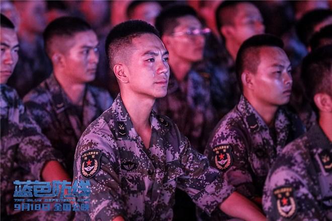 皇冠新现金网:《蓝色防线》曝口碑特辑 杨根思军队观影热泪盈眶 第6张