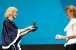 女王同框!布蘭切特為斯文頓頒發終身成就金獅獎