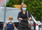 """""""寡姐""""斯嘉麗·約翰遜帶娃日常 和女兒出街購物"""