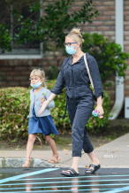 """""""寡姐""""斯嘉丽·约翰逊带娃日常 和女儿出街购物"""