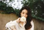 9月4日,一組趙麗穎最新時尚大片曝光。照片中,趙麗穎身穿紅色百褶裙,白色上衣,手拿捧花很是淑女,回眸看向鏡頭沒有微笑,盡顯淡雅恬靜,爛漫且唯美。