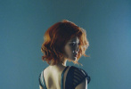 """9月4日,徐冬冬通过微博晒出一组""""黑寡妇""""造型的大片。她身穿蓝色紧身包臀裙,前凸后翘的好身材毕露,一头似火的橘红色卷发,更添性感火辣。"""