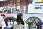 9月4日,有网友晒出一组欧阳娜娜和陈立农、汪苏泷现身重庆录制综艺的路透照。照片中,欧阳娜娜身穿碎花短款上衣搭棕色灯芯绒长裤,简约又极具少女感的复古穿搭。