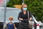 """当地时间9月2日,美国汉普顿,""""寡姐""""斯嘉丽·约翰逊带着女儿罗斯·多萝西现身纽约州汉普顿逛杂货店购物。当天,斯嘉丽一身ALL Black工装出街,戴着黑框眼镜,带娃血拼变干练辣妈。"""