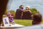 """当地时间9月5日,美国马里布, """"黑豹""""演员查德维克·博斯曼追悼会秘密举行,现场照曝光。博斯曼的妻子泰勒·西蒙妮·莱德沃德和《黑豹》同片演员迈克尔·B·乔丹、露皮塔·尼永奥、温斯顿·杜克等现身悼念。追悼会设在马里布海边,和着钢鼓声进行。博斯曼的亲友在现场相互拥抱,共同缅怀他。"""