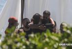 """當地時間9月5日,美國馬里布, """"黑豹""""演員查德維克·博斯曼追悼會秘密舉行,現場照曝光。博斯曼的妻子泰勒·西蒙妮·萊德沃德和《黑豹》同片演員邁克爾·B·喬丹、露皮塔·尼永奧、溫斯頓·杜克等現身悼念。追悼會設在馬里布海邊,和著鋼鼓聲進行。博斯曼的親友在現場相互擁抱,共同緬懷他。"""