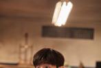 9月7日,一組鄧倫《密室大逃脫2》的造型照曝光,梳著順毛短發,水洗藍復古套裝搭配黃格紋襯衫,清爽簡約又不失隨性帥氣,層次感十足。脫掉格紋襯衫,黑T短袖秀出手臂肌肉線條,滿滿男友力!