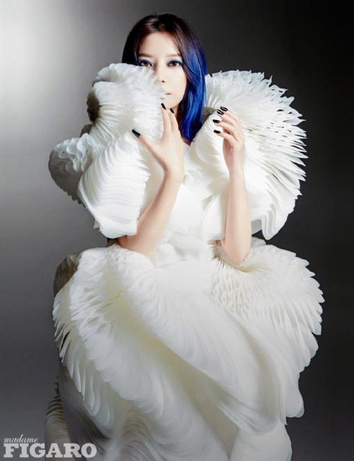 环球ug官方注册:赵薇首次实验电光蓝发色 酷感眼妆演绎冷艳朋克风 第4张