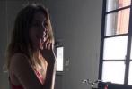 近日,造型师Karla Welch分享了安娜·德·阿玛斯的近照。照片中,安娜穿着红色连衣裙,长卷发披肩,可以看出她小腹明显凸起,引发外界关于她怀孕的猜测,不过Karla已经删了照片。此前,一张生活照中穿着牛仔裤黑色短袖T恤的安娜,侧身出镜小腹隆起更是明显。